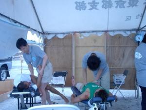 カイロプラクティック治療する原田先生と尾口先生